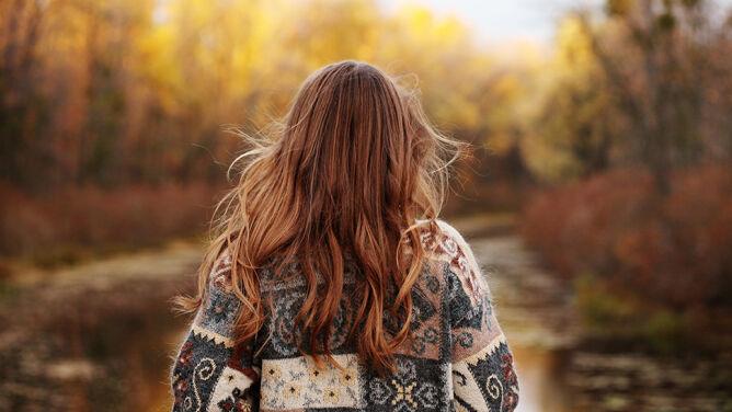 Jesienią wypada więcej włosów. <br />Jak temu zapobiec?