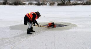 Jak udzielić pomocy osoby, pod którą załamał się lód