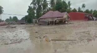 Skutki powodzi i lawin błotnych na Celebes w Indonezji